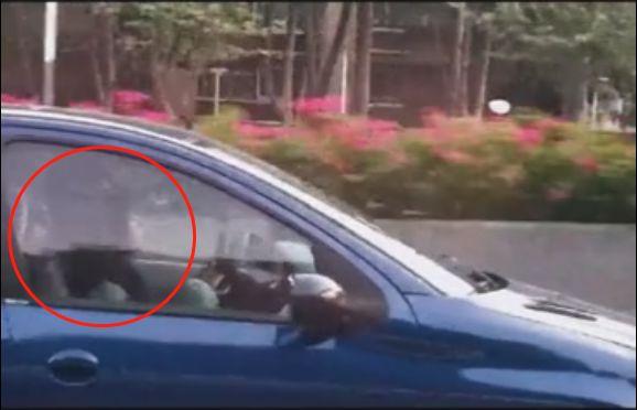 太荒唐!一男一女叠坐在驾驶位上…