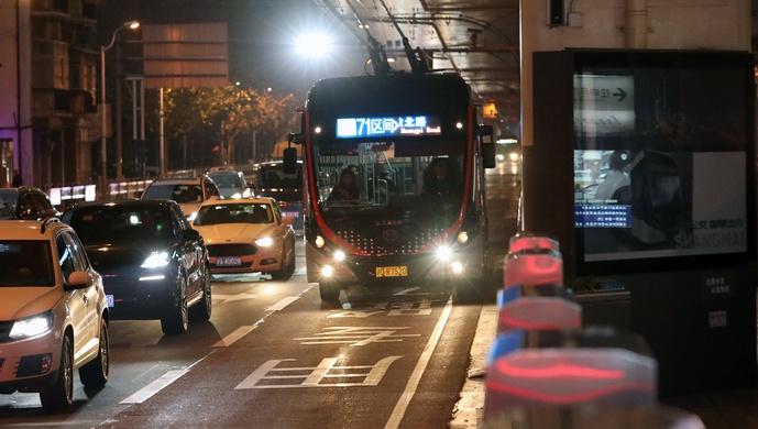 """上海主干道""""半夜拥堵"""",委员建议夜间开放71路公交道路图片"""