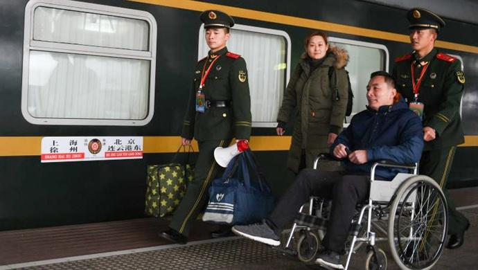 铁路上海站迎来返程高峰,上海武警温暖春运回家路图片