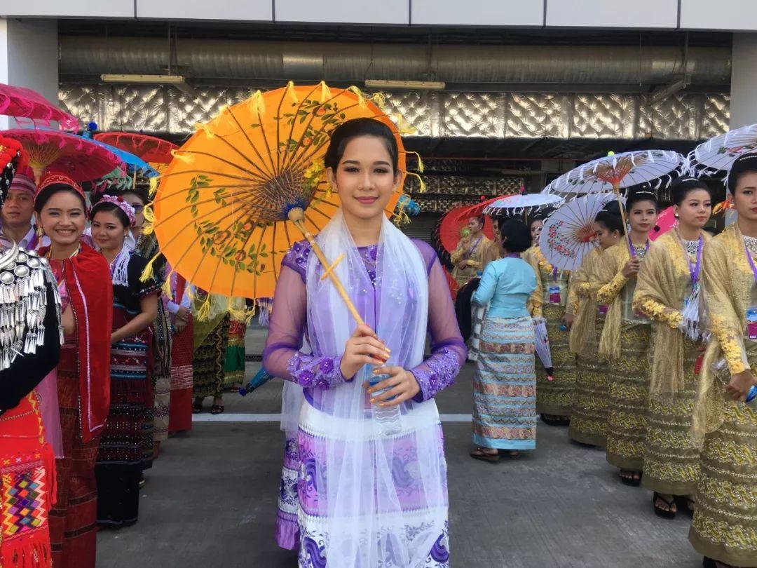 缅甸欢迎习近平到访 看现场气氛多热烈
