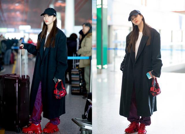 宋妍霏最新机场照,白T黑大衣搭紫色运动裤,大红厚底鞋足够吸睛