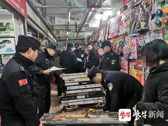 小心!你给孩子买的可能不是玩具枪而是仿真枪,淮安警方在一市场就搜出134支仿真枪
