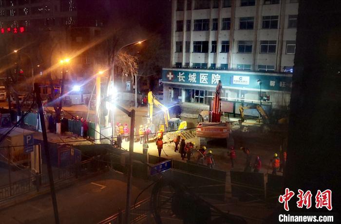 图为1月17日晚间在事故现场看到回填工作已启动。 胡贵龙 摄