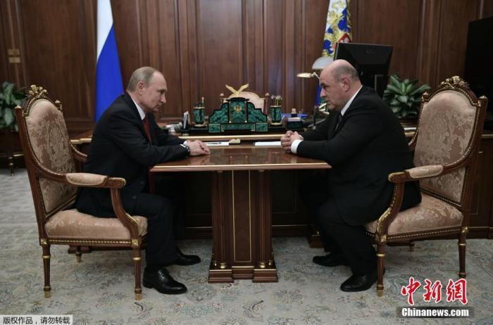 资料图:普京与米舒斯京(右)会面。