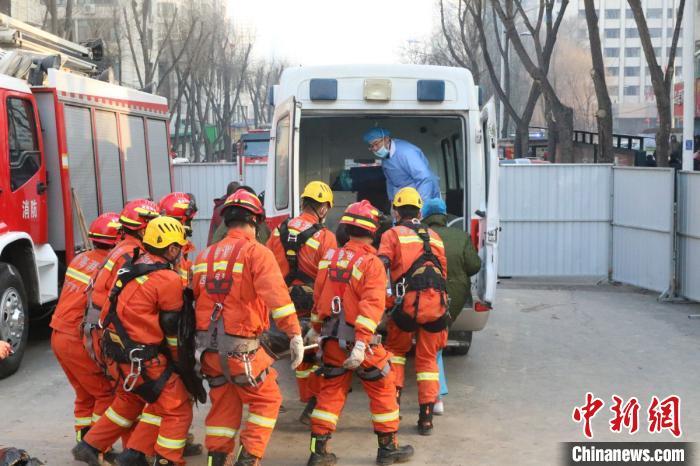 图为消防救援人员展开相关救援工作。 钟欣 摄