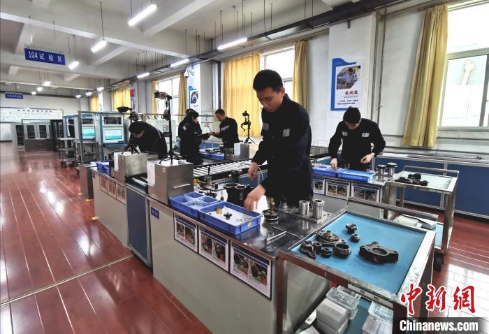 中国铁路太原局集团公司太原车辆段检修车间制动室内一片忙碌。 杨杰英 摄