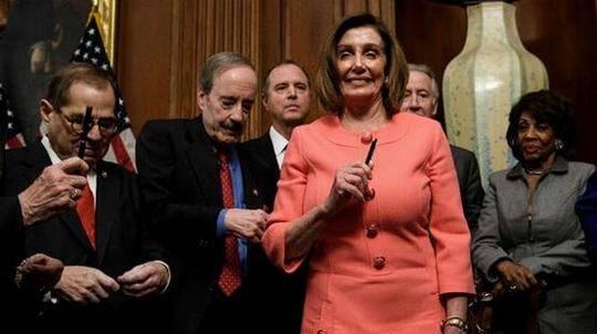 """签弹劾条款用了30支笔,最后还分给同事,佩洛西被共和党人""""吐槽"""":严肃点!"""