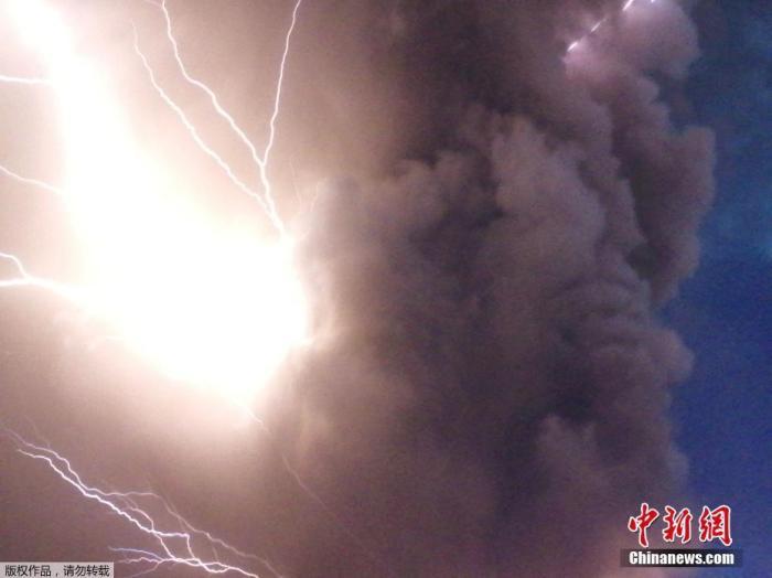 图为1月12日拍摄的塔阿尔火山喷发时,火山灰与闪电交错,场景震撼。