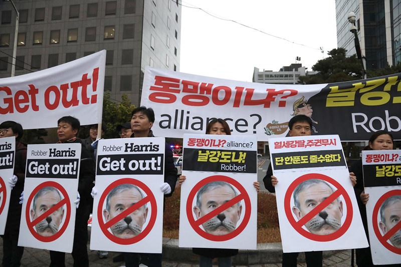去年11月,首尔美国大使馆附近抗议哈里斯的活动 图源:《纽约时报》