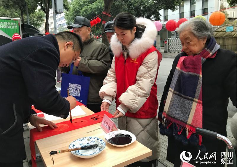 【新春走基层】成都锦江区借春联送祝福 普法宣传暖民心