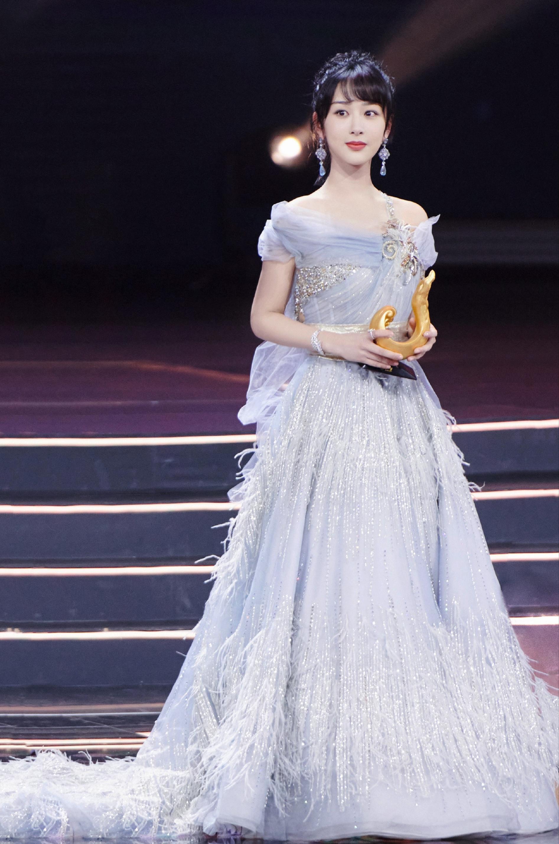 """杨紫化身""""冰雪女王""""出席活动,婚纱配西装,""""余生夫妇""""发糖了"""