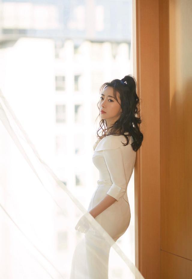 42岁陈紫函身材真优越,穿露肩长裙秀S型曲线,配卷发美回少女