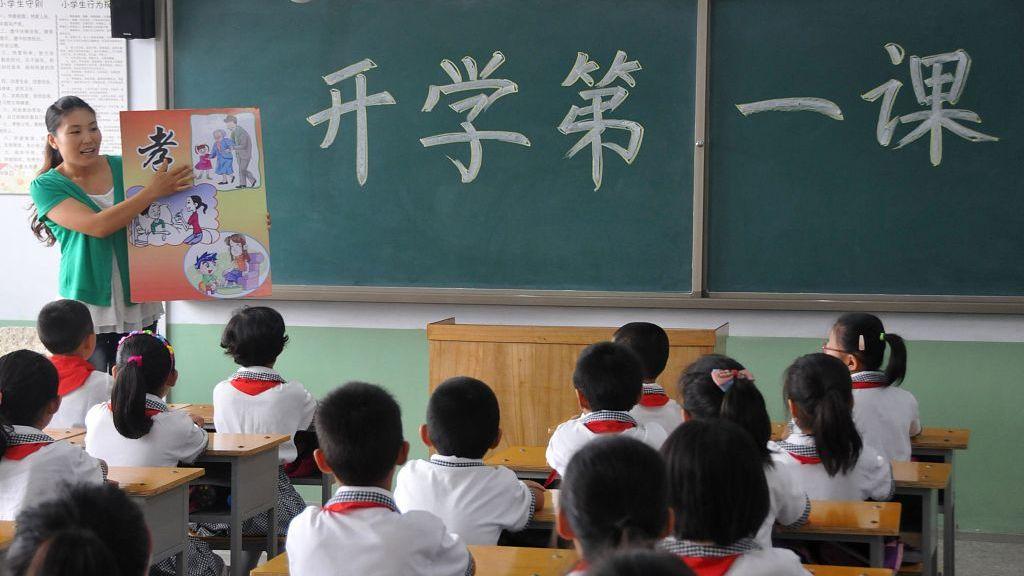 """▲在人均GDP突破一万美元的当前,教师工资水平,考验的是各地对基础教育的""""主观""""态度。资料图。图片来源:新京报网"""