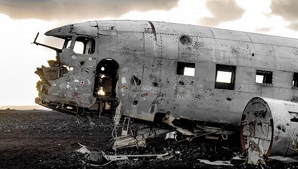 冰岛的飞机残骸景点 Photo by Tiana Attride on Unsplash