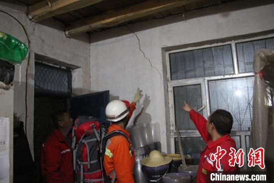 新疆库车市发生5.6级地震 消防挨家挨户排隐患图片