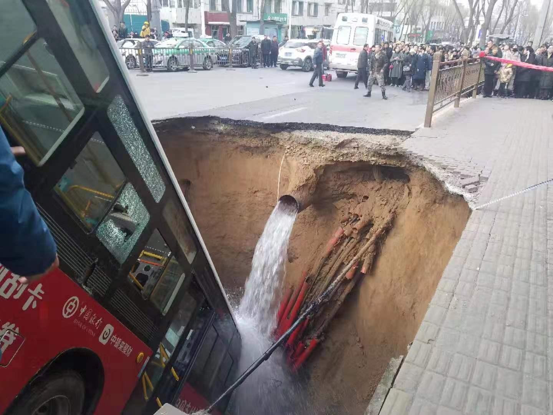 1月13日下午,西宁市城中区南大街事故现场。受访者供图