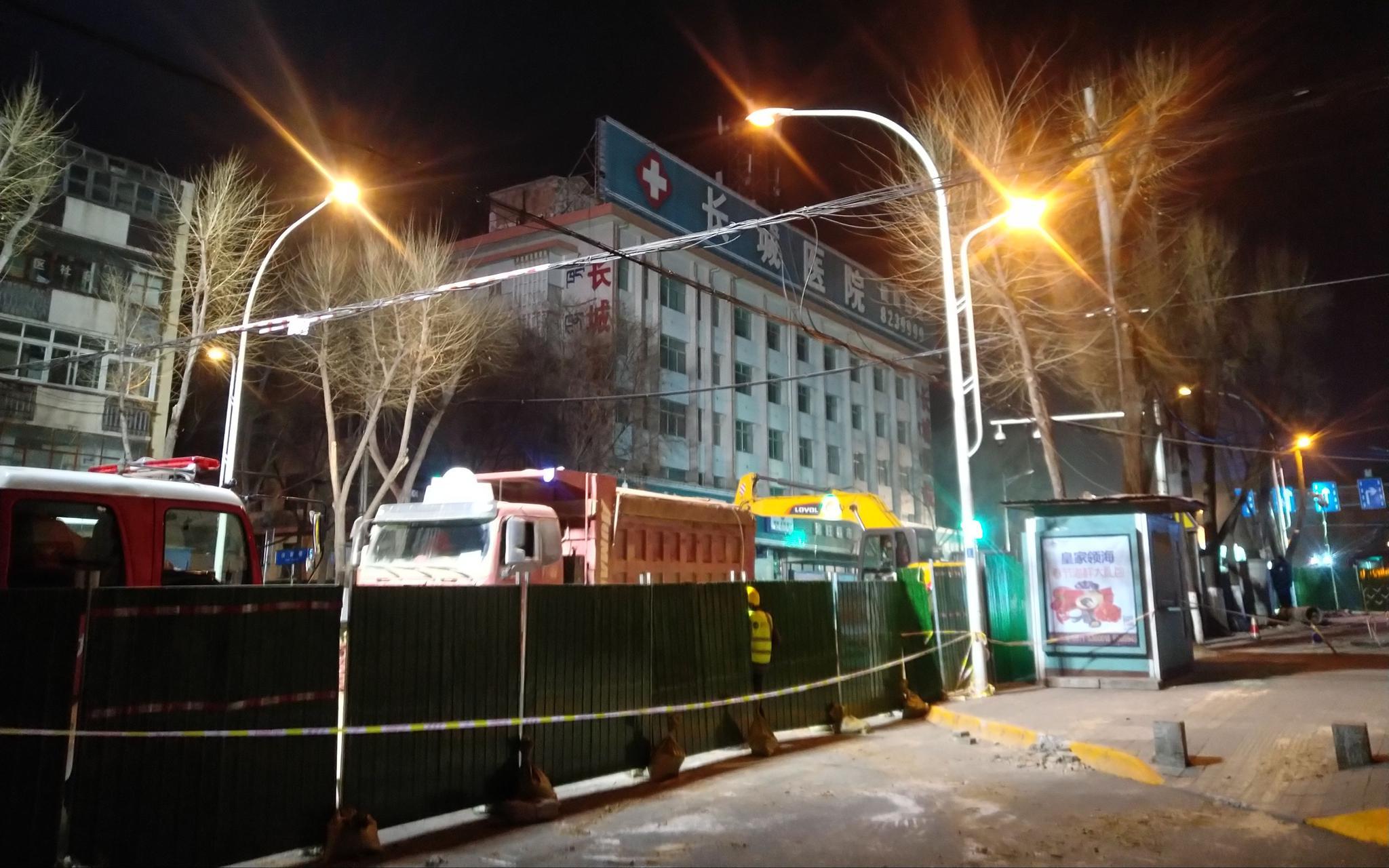 1月16日晚,事发地路段停满了救援及工程车辆。新京报记者 张惠兰 摄