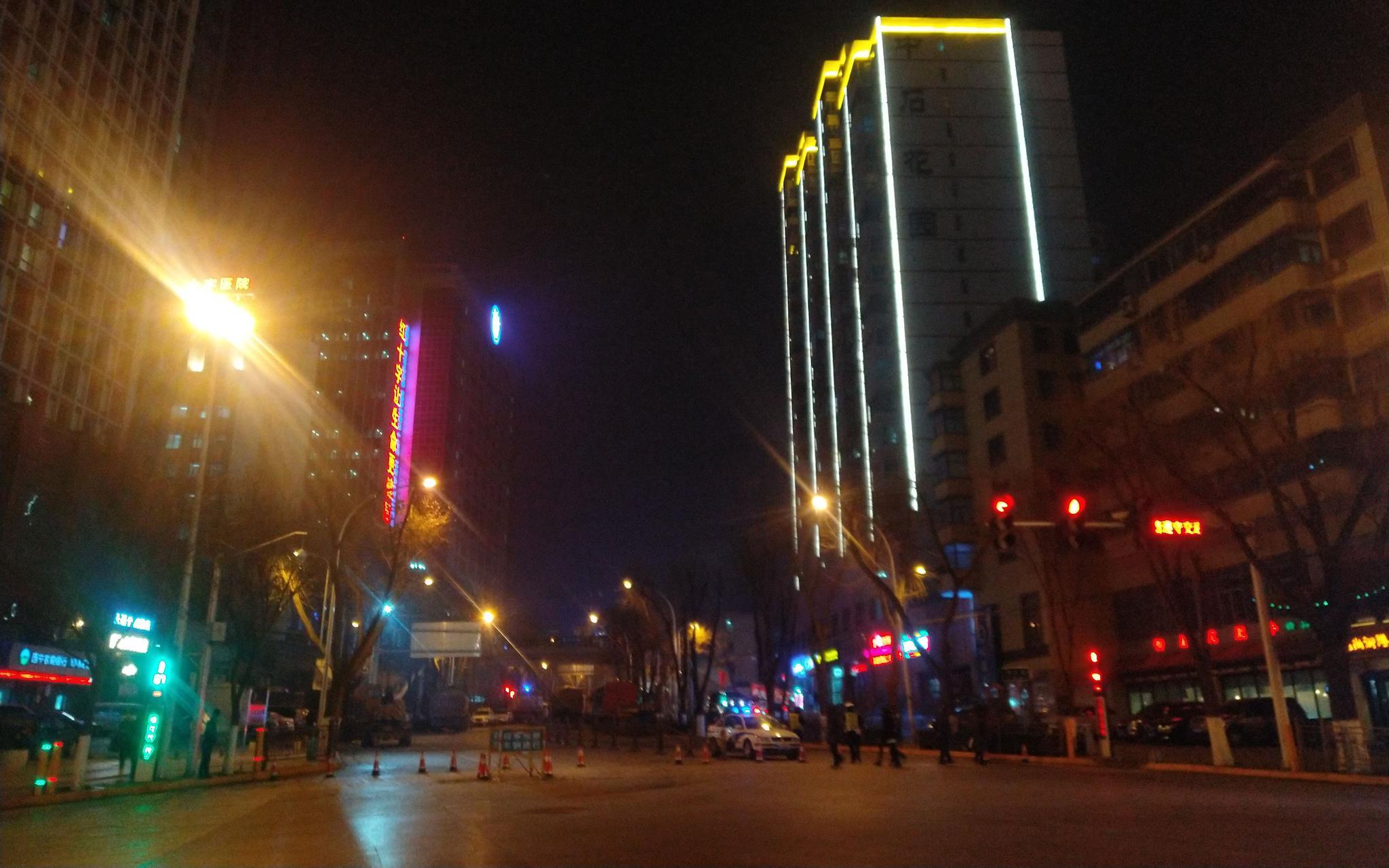1月16日晚,事发路段仍在进行交通管制。 新京报记者 张惠兰 摄