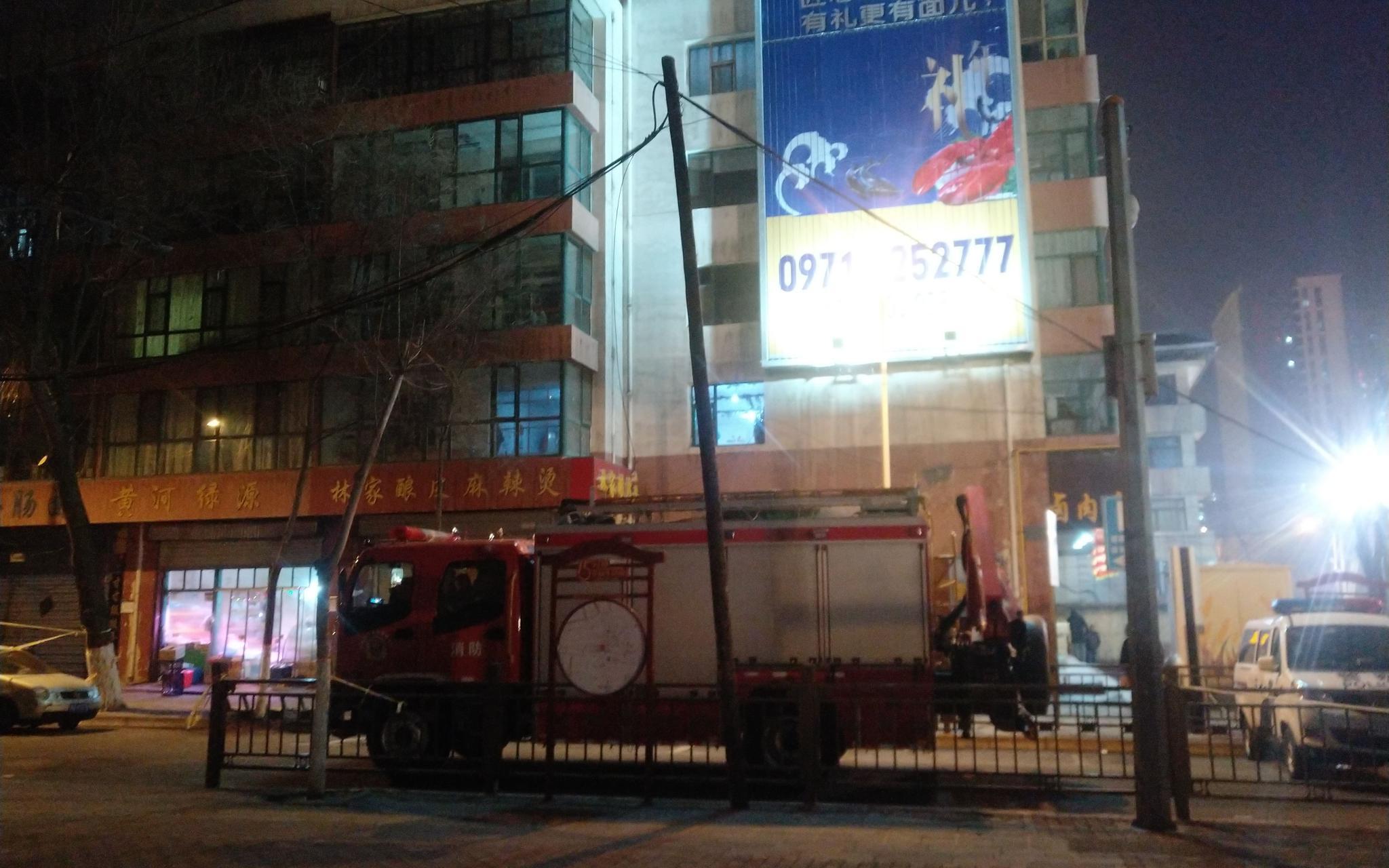 1月16日晚,救援现场外的巷道里停着一辆消防车。 新京报记者 张惠兰 摄