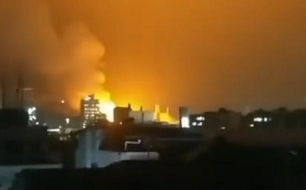 1月17日晚间,贵州兴发化工有限公司发生燃爆事故,目前救援人员尚在处置明火。视频截图