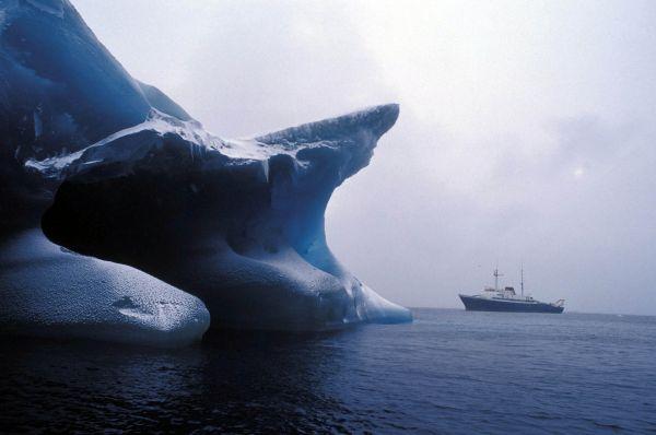 一艘游轮在南极海域航行。(新华社)