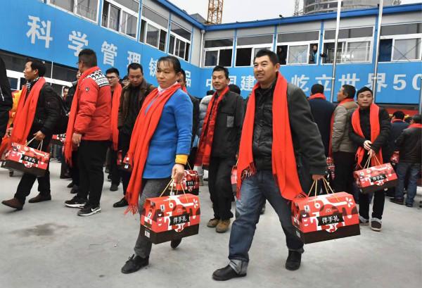 徐汇区包车送滨江建设者回家团聚