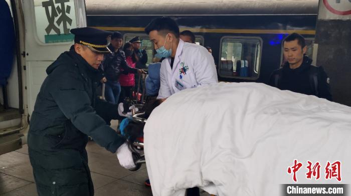 孕妇被送往当地医院。通讯员 李悦 摄