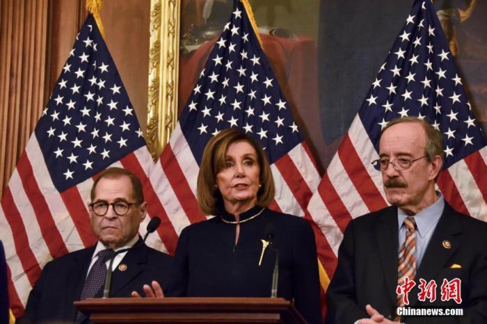 当地时间12月18日晚,美国国会众议院表决通过两项针对美国总统特朗普的弹劾条款。图为表决通过后,众议院议长佩洛西(中)在记者会上发言。中新社记者 沙晗汀 摄