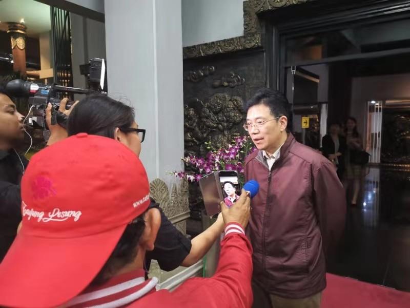 邓锡军大使接受媒体采访