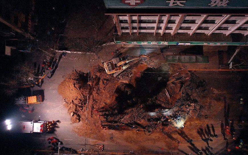 1月14日凌晨3时许,西宁市城中区路面塌陷现场,救援人员持续救援。 新京报记者 马骏 摄