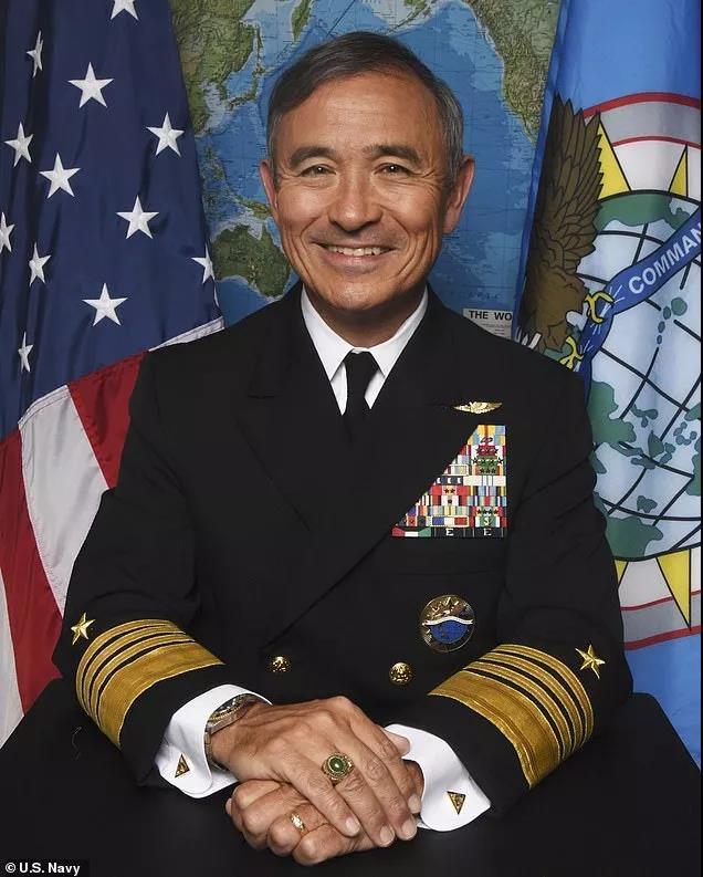 哈里斯在美国海军时期的照片。