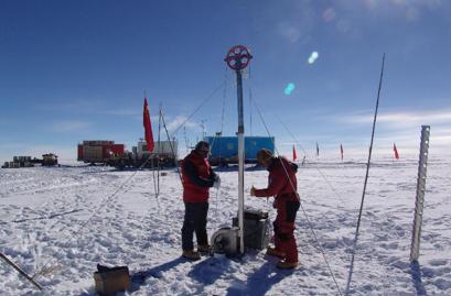 △中国南极考察队员正在钻取冰芯