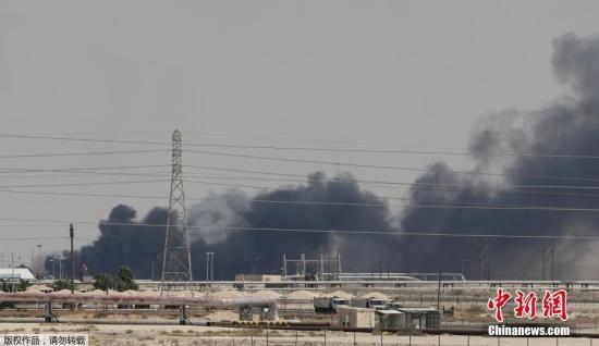 资料图:当地时间2019年9月14日,卫星云图显示沙特阿美石油公司遭无人机袭击的两处石油设施,浓烟滚滚。