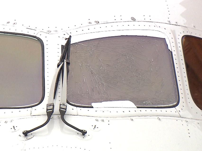 日航波音客机玻璃开裂(富士电视台)