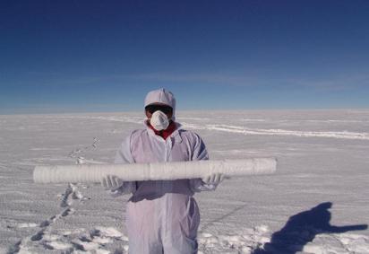 △2005年中国南极科考队在南极大陆钻取的冰芯