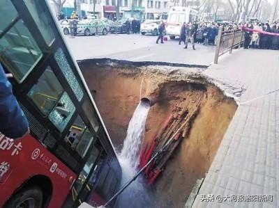 青海西宁路面塌陷事故中,河南商丘籍退役军人忍着伤痛在深坑里救出多人