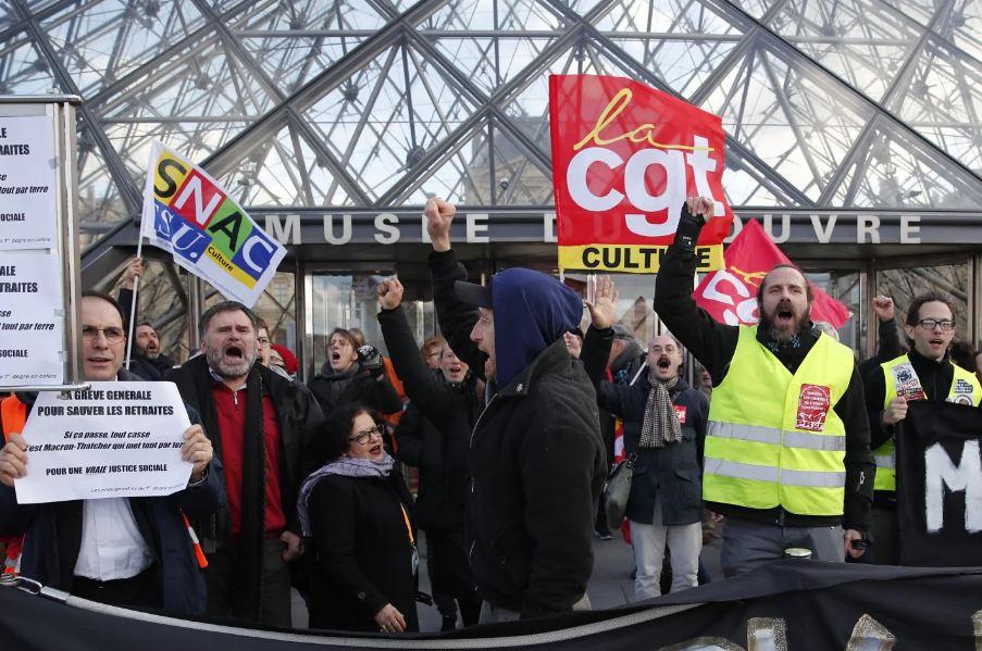 卢浮宫门口的抗议者 图源:美联社