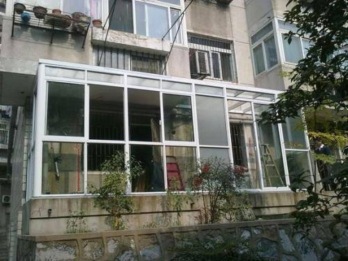 """扬州:高空坠物砸坏底层玻璃,楼上楼下俩老汉""""掐""""上了"""