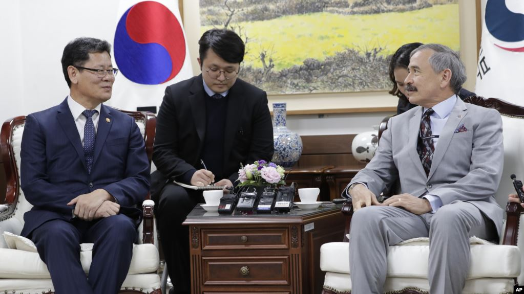 资料图:2019年4月16日,韩国统一部长官金尹哲(左)在首尔会晤美国驻韩大使哈里斯。
