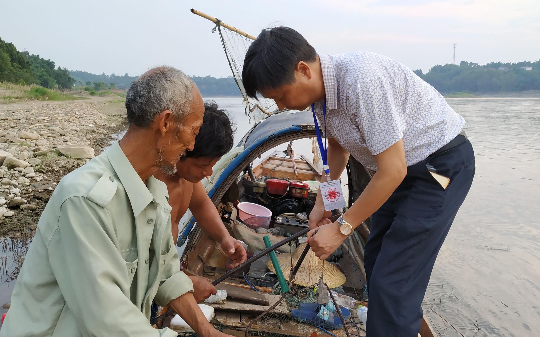2018年8月,自贡市大安区执法大队人员在反电鱼志愿者协助下,在沱江江面抓获一条电鱼船,缴获约100斤渔获物。受访者供图