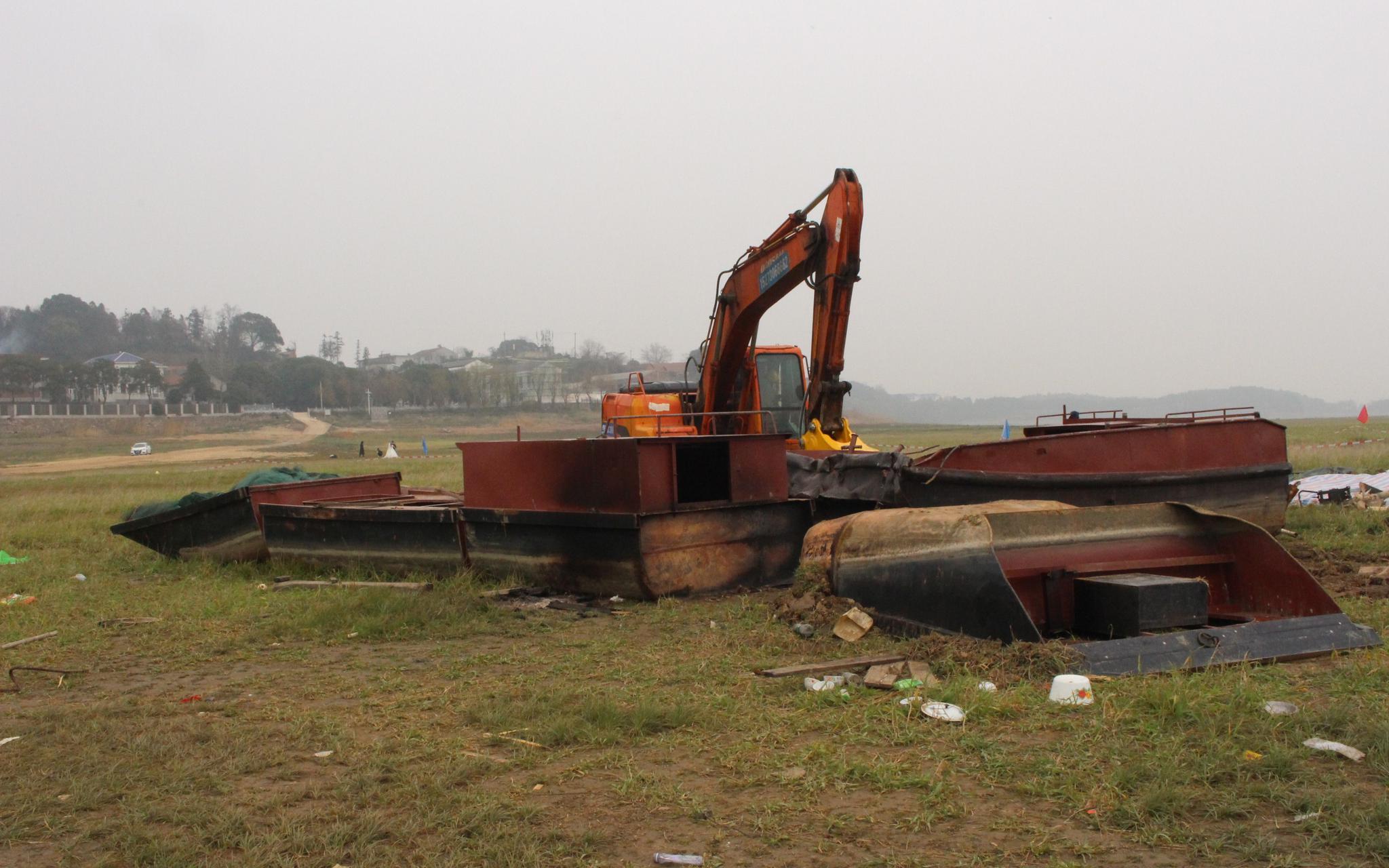 1月1日,岳阳县渔民退捕渔船拆解点,被拆解的船还留在原地。新京报记者 韩沁珂 摄
