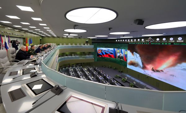 """资料图:2018年12月26日,普京在俄国防部的国家防御指挥中心,通过直播画面观摩了俄1枚""""先锋""""高超音速导弹试射。新华社/美联"""