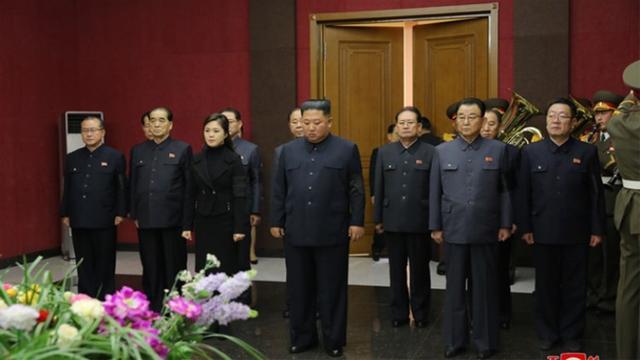 金正恩携妻吊唁抗日元老 5名高官遭免职 治丧委名单透露人事变动