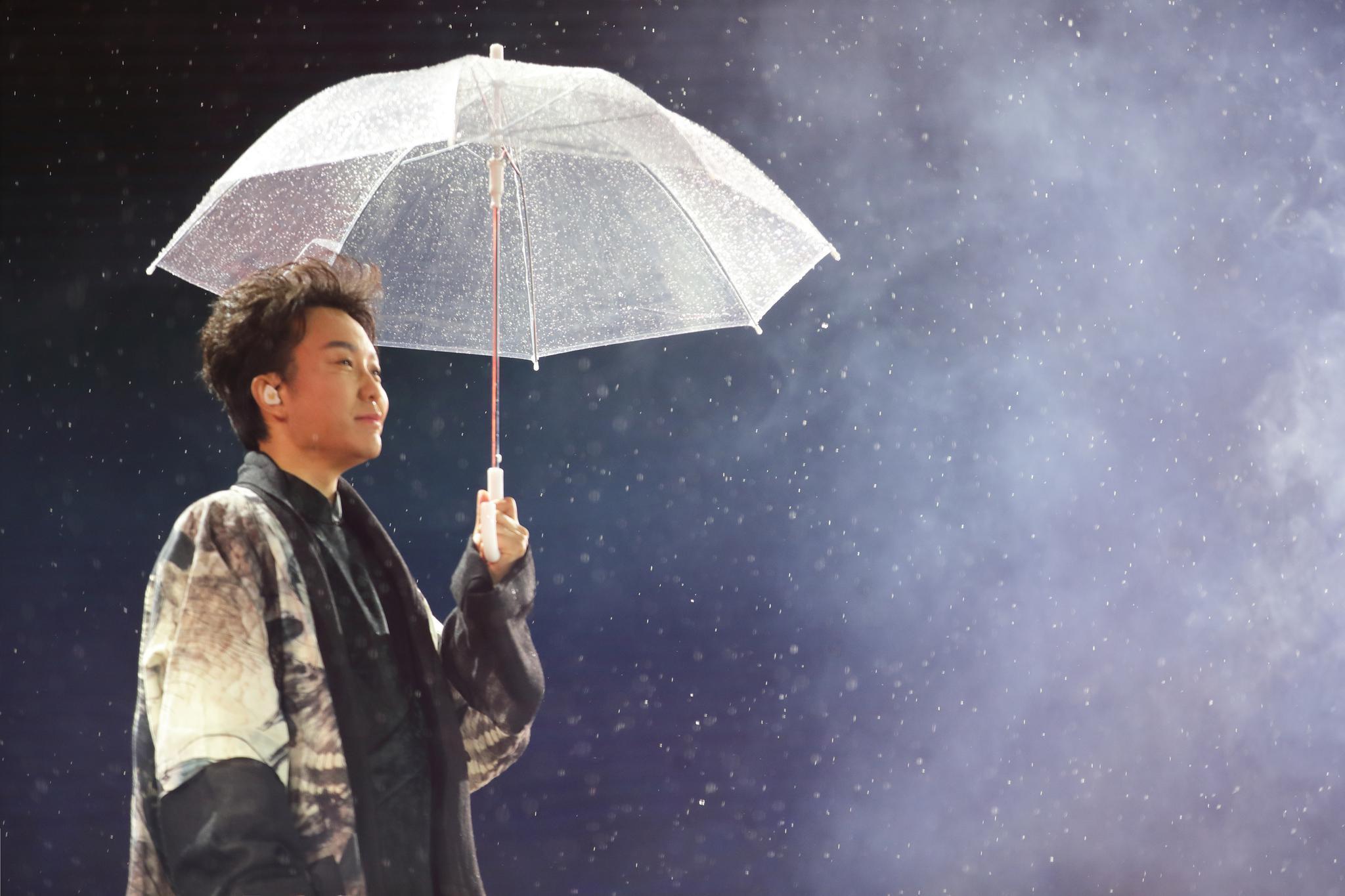 """李玉刚雨后挑战高空威亚,上演""""嫦娥飞天"""""""