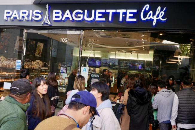 布隆伯格在巴黎贝甜与亚裔民众喝咖啡聊政见。(图源:《世界日报》)