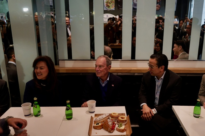 布隆伯格与亚裔民众喝咖啡聊政见。(图源:《世界日报》)