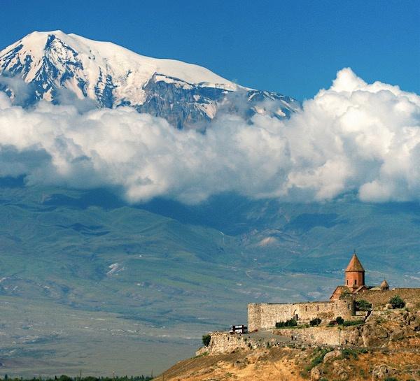 以雄伟的亚拉拉特山为背景的霍尔·维拉布修道院图Max Lovell-Hoare