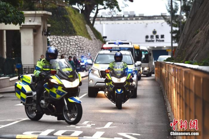 图为押送季炳雄的车队离开赤柱监狱。中新社记者 麦尚旻 摄