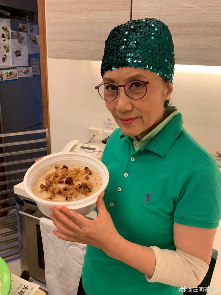 72岁汪明荃做饭晒照,一人雇三名家佣干活,晚年生活十分悠闲