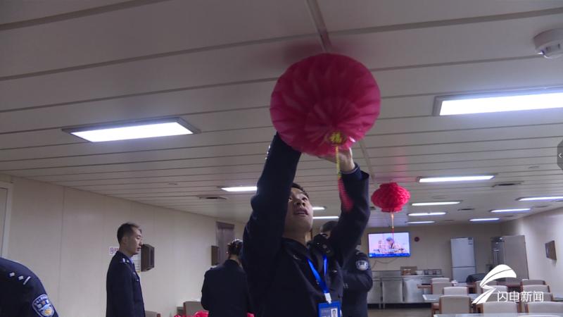 威海荣成:贴春联挂灯笼包饺子 警民一起感受浓浓年味